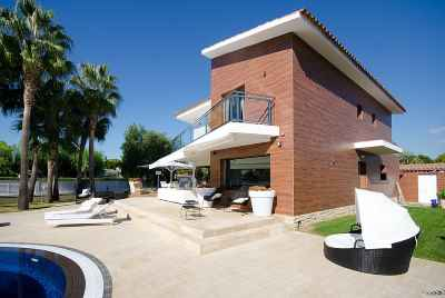 Luxurious house with stunning pool and big yard in Sitges
